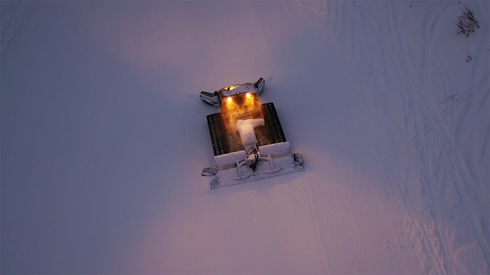 北海道虻田郡留寿都村ルスツリゾートスキー場圧雪車ドローン空撮画像
