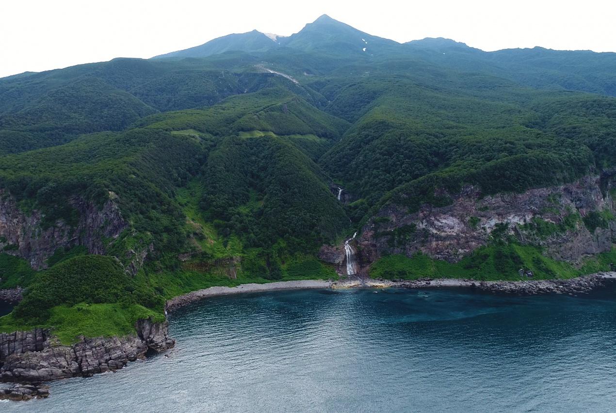 北海道知床半島カムイワッカの滝ドローン空撮画像