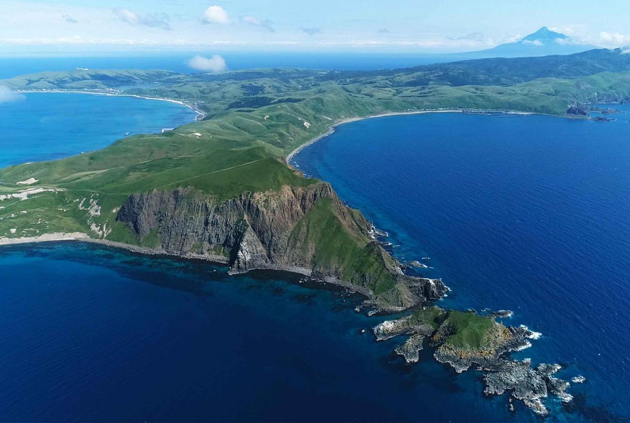 北海道礼文島ゴロタ岬から利尻富士を眺める