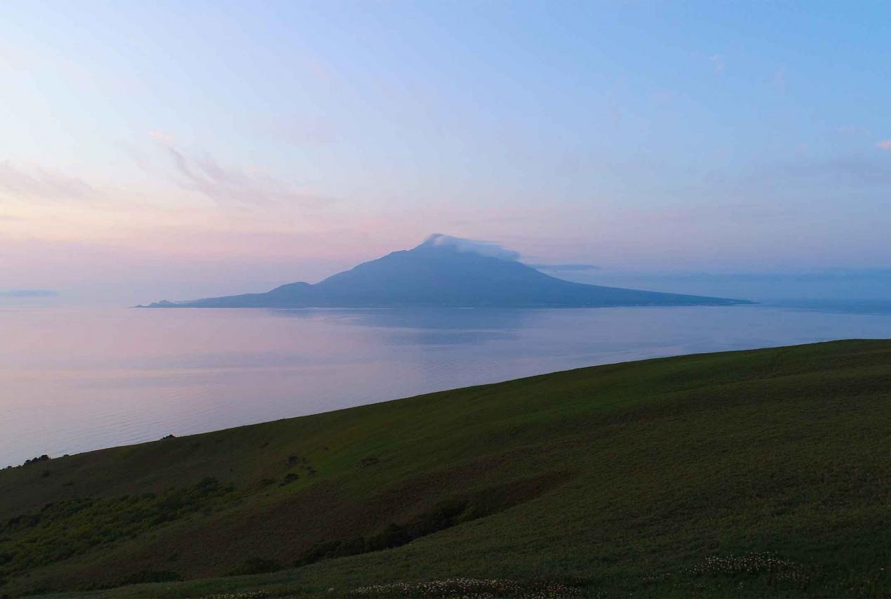北海道礼文島桃岩周辺から利尻島を眺める